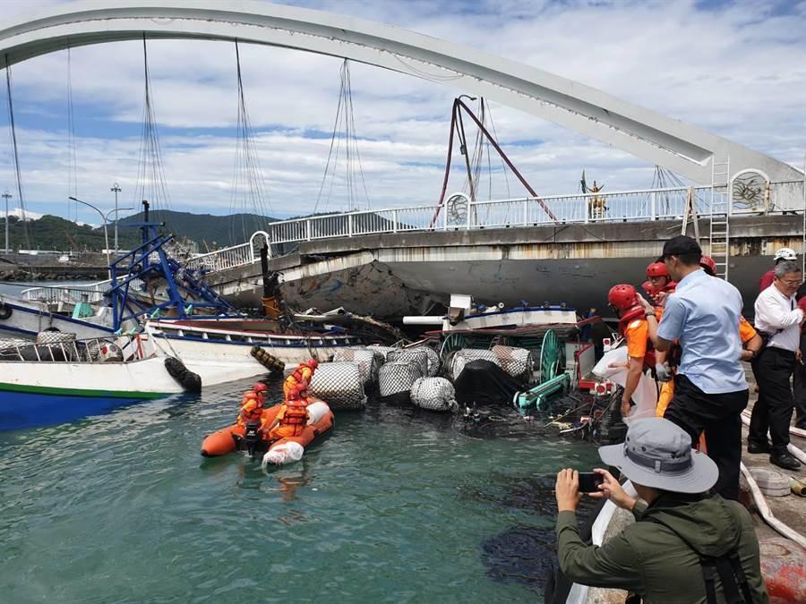 宜蘭南方澳大橋崩塌,三搜漁船遭橋面重壓沉入水底。(圖/海巡提供)