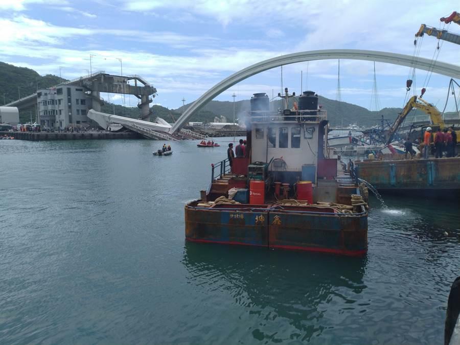 南方澳漁港航道受阻,完成搜救後將會盡快恢復航道。(許家寧攝)