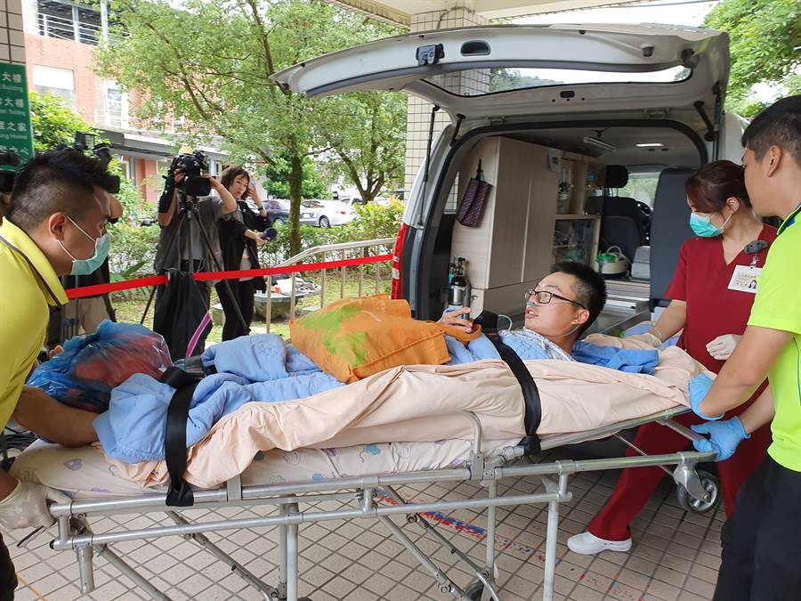 2名海巡人員布置攔油索時落水受傷送醫,2人於下午2時許由台北榮民總醫院蘇澳分院轉院至羅東博愛醫院。(葉書宏攝)
