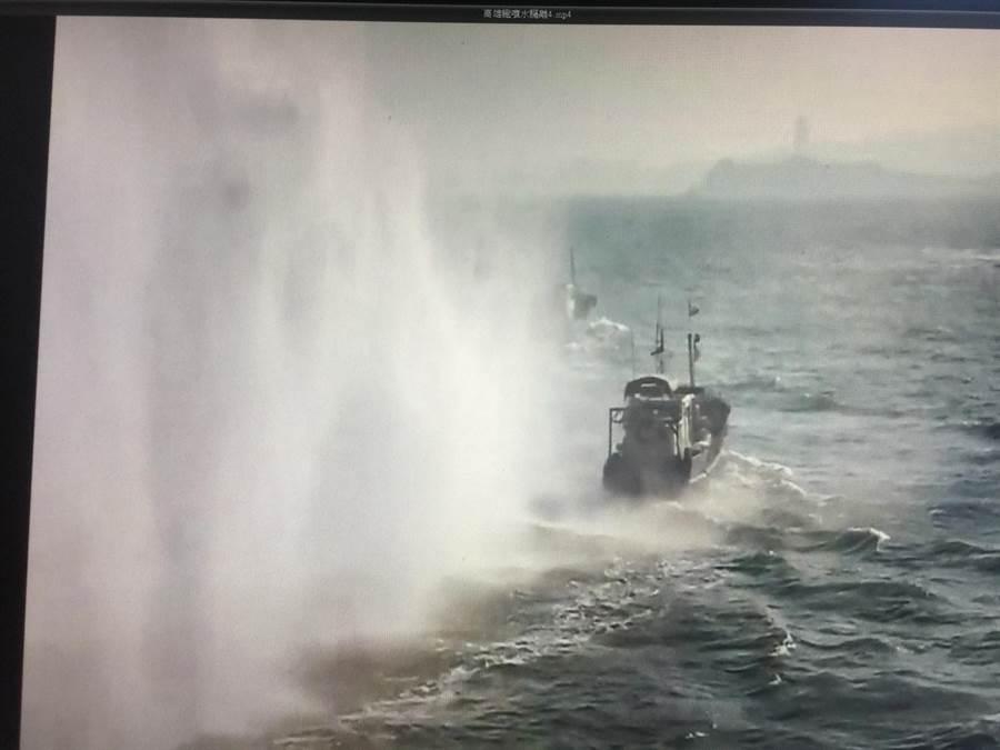 大陸漁船伺機越界捕魚,金門海巡噴水驅離。(海巡提供/李金生金門傳真)