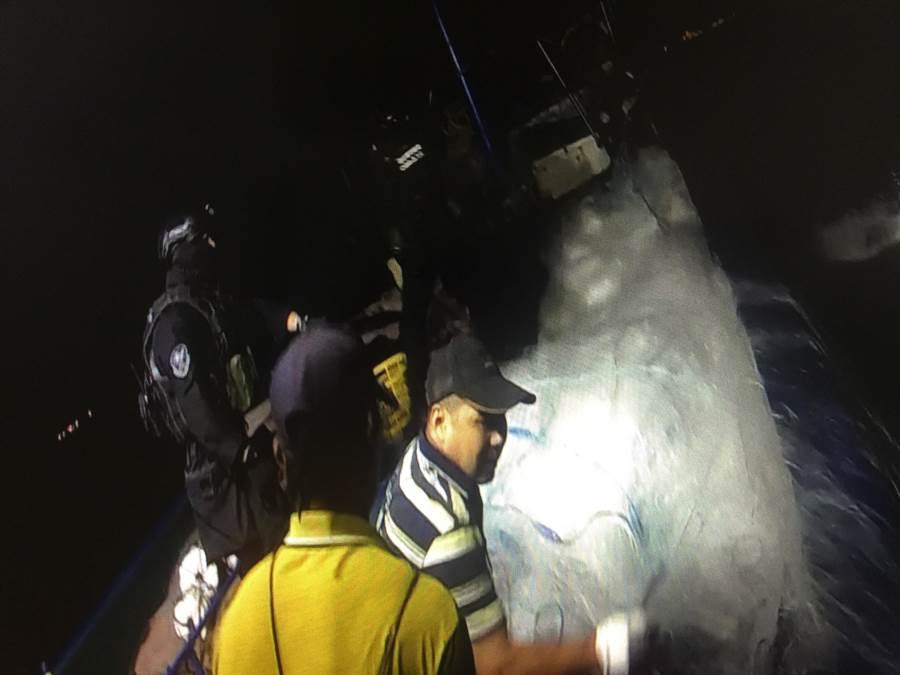 海巡幹員在波濤洶湧中,奮勇攔截登檢越界陸船。(海巡提供/李金生金門傳真)