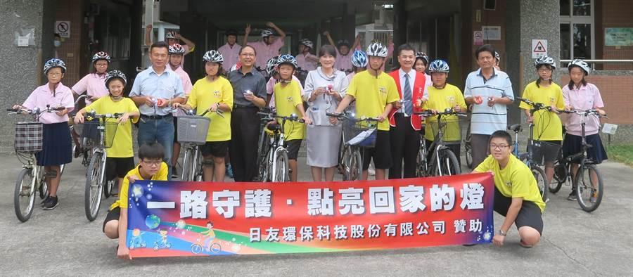 日友公司免費幫雲林縣元長國中學生裝腳踏車燈。(許素惠攝)