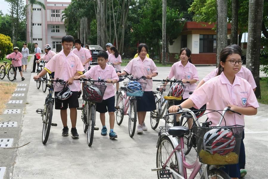 日友公司免費幫雲林縣元長國中學生裝腳踏車燈,照亮孩子回家平安路。(許素惠攝)