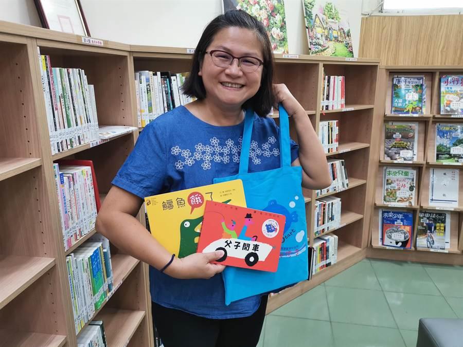 頭份市立圖書館館長呂瑞梅歡迎家有幼童的家長,踴躍來館辦證,館方就會贈送精美童書。〔謝明俊攝〕