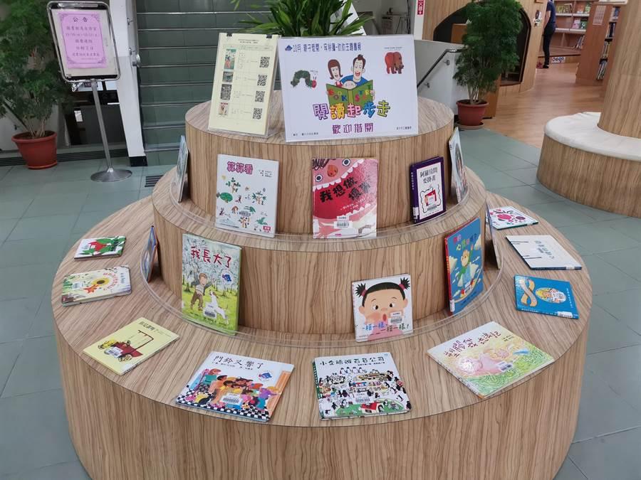 頭份市立圖書館並展示推薦優良繪本童書,歡迎家長帶小朋友來借閱。〔謝明俊攝〕