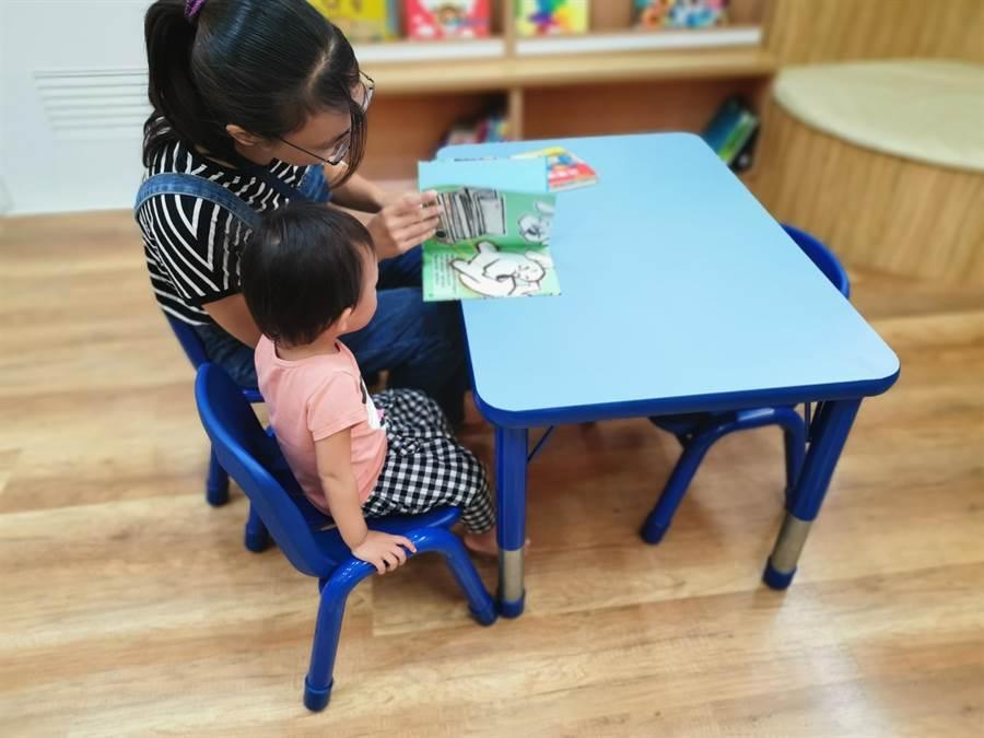 頭份市立圖書館有幼兒閱讀專區,家長可多加利用,讓幼兒閱讀及早開始培養。〔謝明俊攝〕