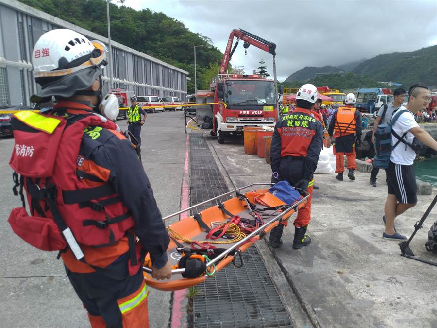 搜救人員在現場待命準備打撈漁船,救援失聯漁工。(許家寧攝)