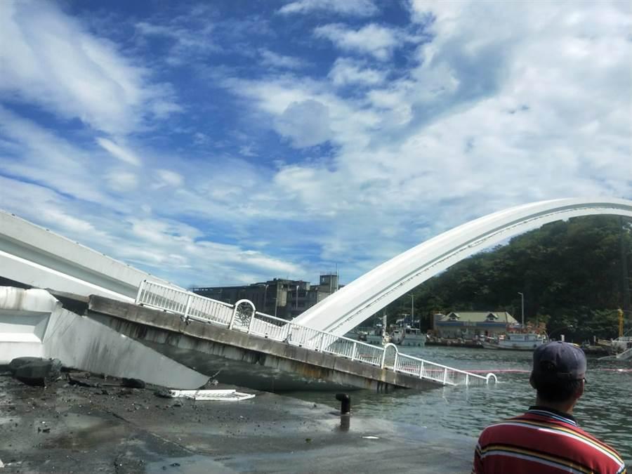 宜蘭縣蘇澳鎮南方澳跨港大橋是亞洲第一雙叉式單拱橋,1日上午崩塌。(彰化踢爆網提供/吳敏菁傳真)