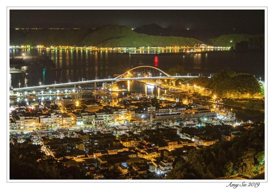 到了夜晚,橋上、住家點亮初燈,更是讓攝影同好者爭相拍攝的美景(圖/Amy Su 攝影)