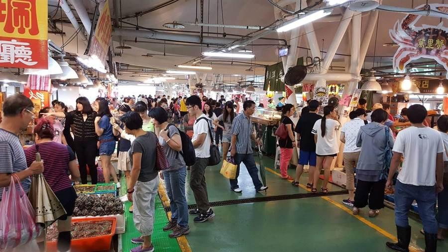 石門富基魚市假日滿滿都是採購海鮮的人潮。(新北市漁業處提供/譚宇哲新北傳真)