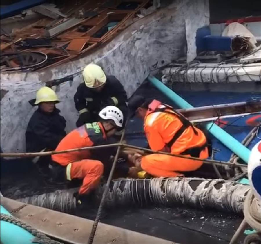 目前搜救人員繼續努力搶救受困漁船的6名外籍漁工,在3點左右搜救隊傳出好消息,目前已成功救出一名漁工,仍有五人受困於漁船內。(圖/海巡提供)