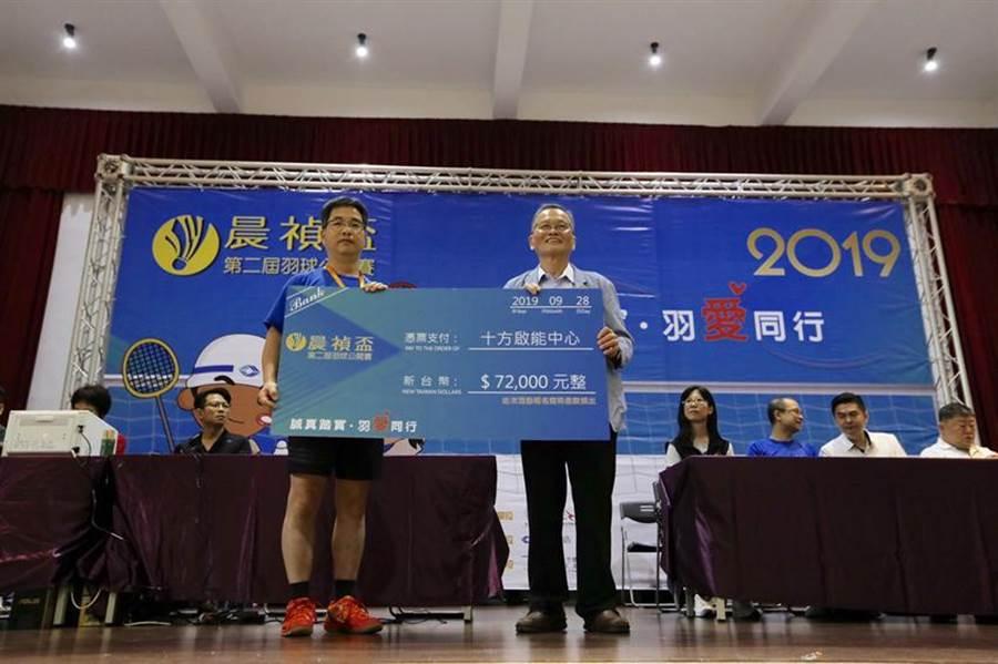 晨禎營造總經理王水樹(左)將400名選手的報名費全數捐出,由十方啟能執行長魏振豐代為接受。(圖/業者)