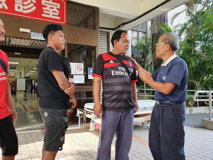 印尼籍漁工友人下午3時許前往醫院探視,他表示,還有3名友人受困,相當擔心。(葉書宏攝)