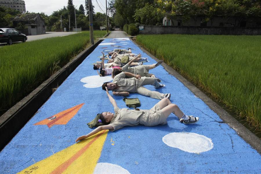 飛影舞蹈團在彩繪會路面拍照。(陳淑娥攝)