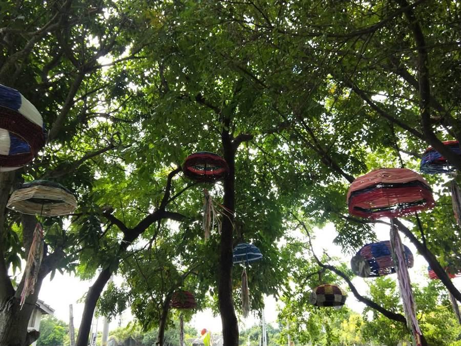 16支運用回收雨傘既有傘骨使用纏繞及鉤來製作成降落傘作品。(陳淑娥攝)