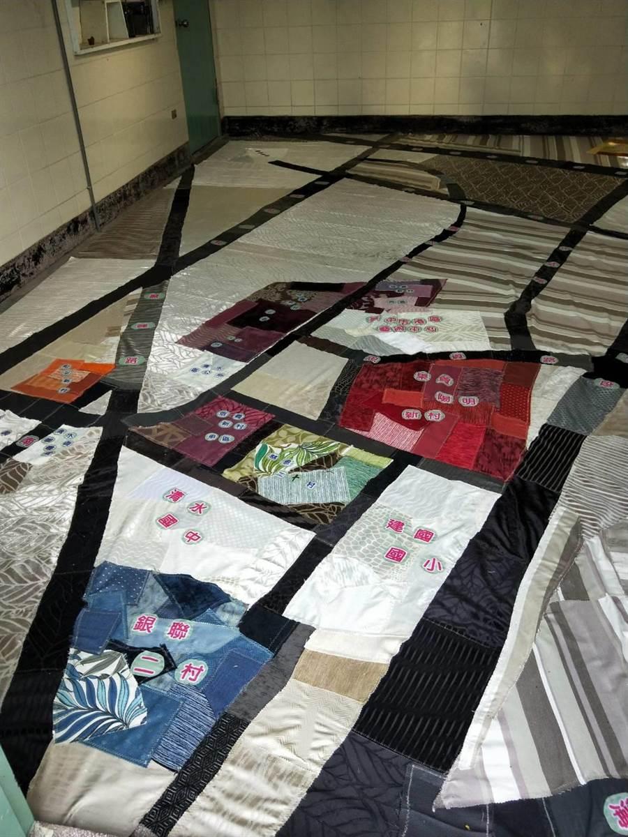 以零碼布拼接7個眷村地圖地毯。(陳淑娥攝)