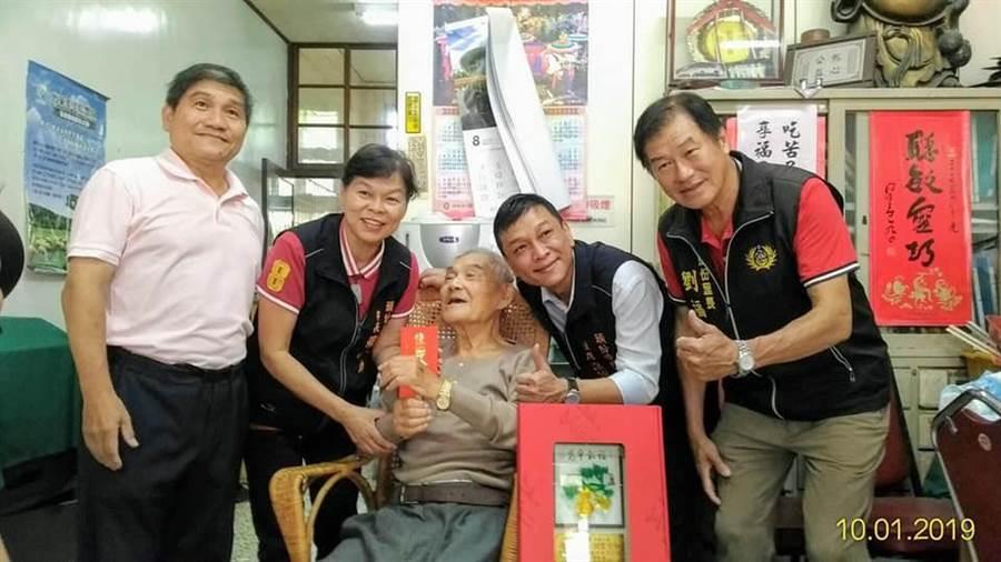 頭份市長羅雪珠〔左二〕1日前往探視百歲人瑞。〔頭份市公所提供/謝明俊苗栗傳真〕