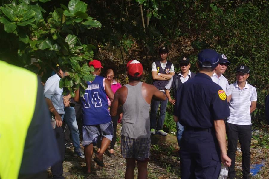 外籍移工趕赴打撈現場,關心同鄉友人下落。(許家寧攝)