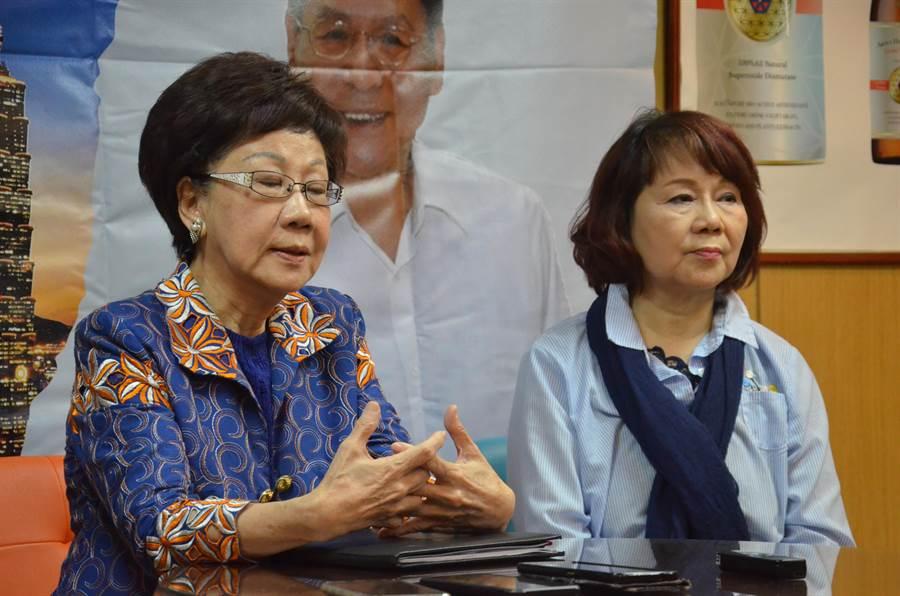 前副總統呂秀蓮今天在台灣國際職業婦女協會產業推廣委員會召集人楊鄧今華陪同下,到桃園與媒體茶敘。(賴佑維攝)