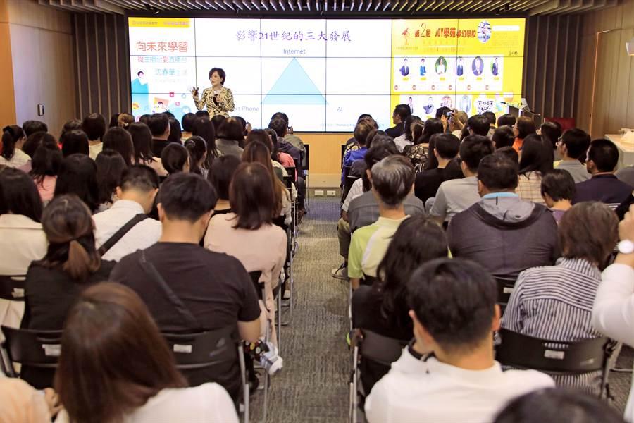 《永慶公益講座》邀請沈春華擔任講座來賓,吸引超過兩百位網友報名參加,擠爆會場。