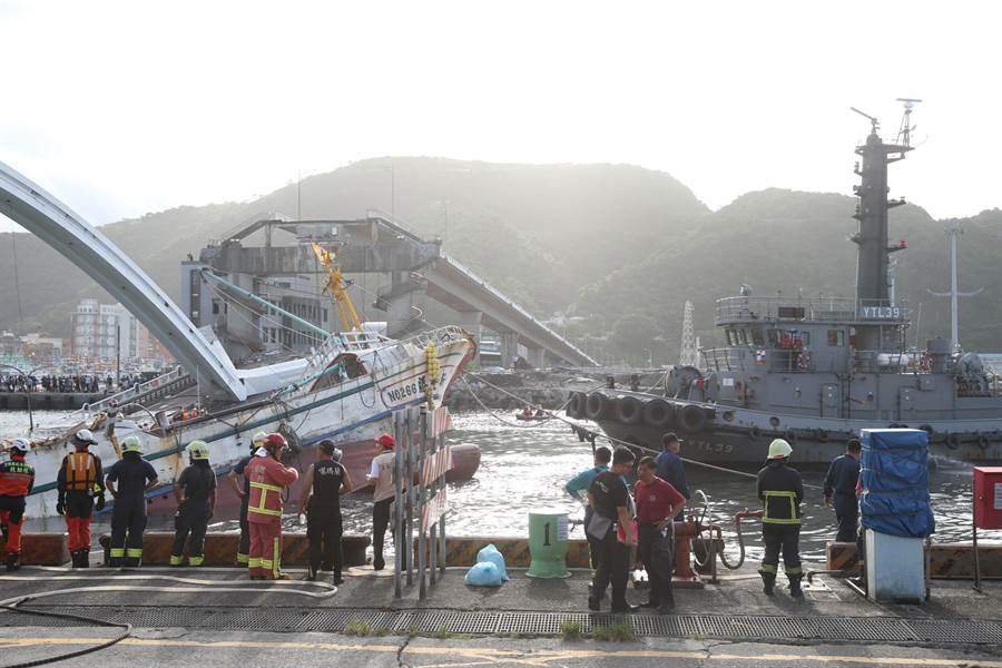 海軍將南方澳斷橋受困船隻拉出。(王英豪攝)