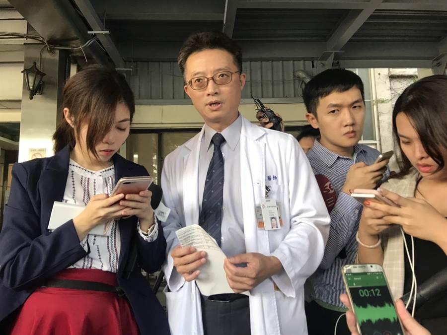 羅東博愛醫院醫療副院長林志銘講述病患情況。(張穎齊攝)