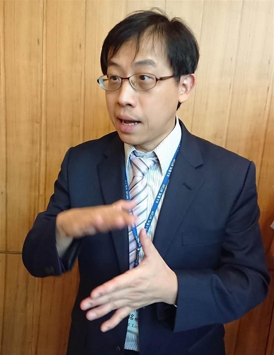 台大醫師劉志銘說明台灣在幽門桿菌治療的卓越成就。(陳志祥攝)