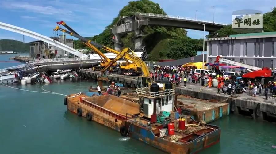 南方澳跨海大橋坍塌已救出10人,尚有6人在水下。(圖/軍聞社)