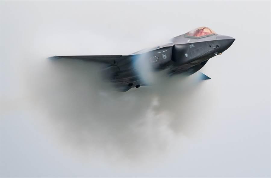 美國F-35戰機9月7日在魁北克航展中大秀機動力的畫面。(美國空軍)