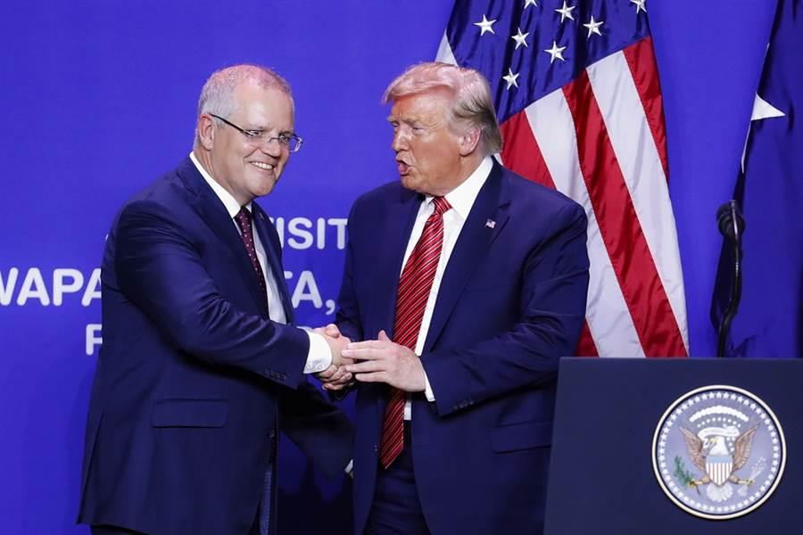 美國總統川普被爆出除了烏克蘭以外,也致電施壓澳洲總理莫里森(左),要求對方協助追查通俄門醜聞調查案的起源。(圖/美聯社)