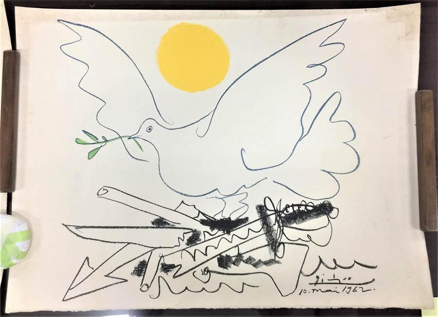 《鴿子與太陽》石版畫是畢卡索為1962年在莫斯科舉行的「世界裁軍大會」所繪,象徵和平的鴿子寓意著和平終將來到。(史博館提供/李怡芸台北傳真)