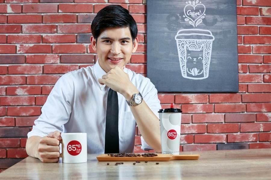 10月1日為世界咖啡日,85度C於全台門市現場推出大杯招牌咖啡、特濃招牌咖啡限時第2杯特價20元的限定優惠。(圖/85度C)