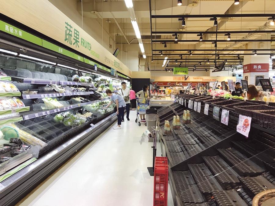 米塔颱風來襲,9月30日傍晚家樂福貨架上的蔬菜類,已幾乎搶購一空。圖/劉馥瑜