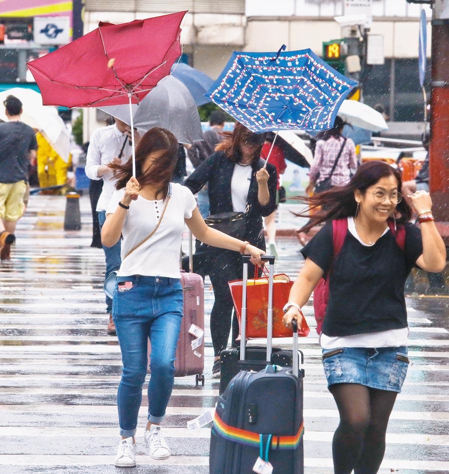 中度颱風米塔來襲,大台北地區出現一陣陣的強風大雨,讓外出的民眾及旅客吃足苦頭。(劉宗龍攝)