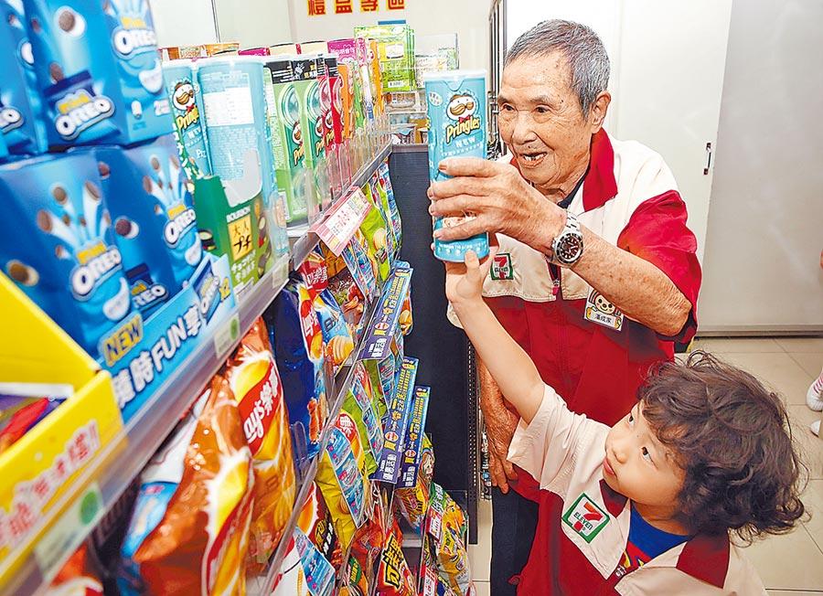 國內勞工平均年齡創新高,不少長者退休後願意再投入職場,讓生活有重心、維持身心健康。圖為7-ELEVEN與弘道老人基金會合作,推出「不老店長」長者關懷活動。(本報資料照片)