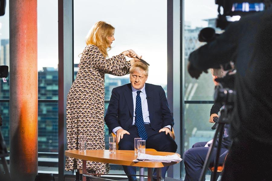 英國首相強森最近流年不利,脫歐亂局未解,又遭指控在1999年擔任編輯時,曾在餐會從桌子底下伸出鹹豬手,強行觸摸女記者大腿內側。首相府雖然嚴詞否認,但已讓本周登場的保守黨大會失焦。(美聯社)
