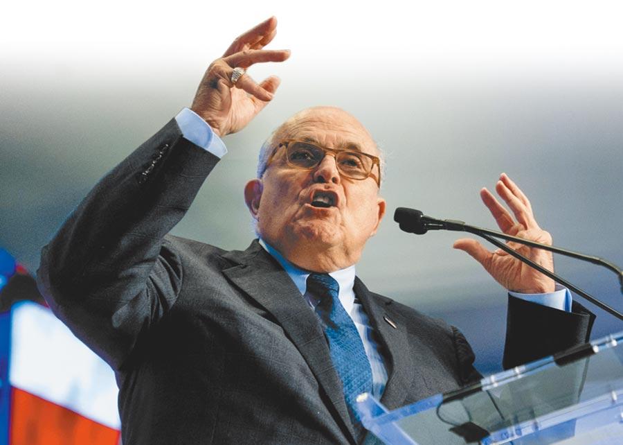 美國總統川普的「豬隊友」私人律師朱利安尼9月29日再度大爆內幕,指中情局出身的國務卿蓬佩奧知道川普曾打電話向烏克蘭總統澤倫斯基施壓,以調查競選對手、前副總統拜登父子。(美聯社)