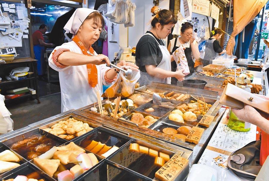 日本首次引進「輕減稅率」制度,食品、飲料(酒除外)、報紙等民生必需品的消費稅率將不會調漲。(法新社)