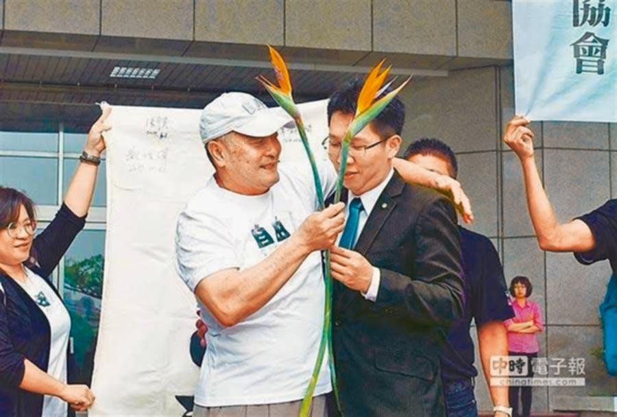 屏東漁民林進龍(左)被控走私毒品遭判刑18年定讞,聲請再審獲准後,高雄高分院昨2度判他無罪。林進龍希望檢方不要再上訴。(本報資料照片)