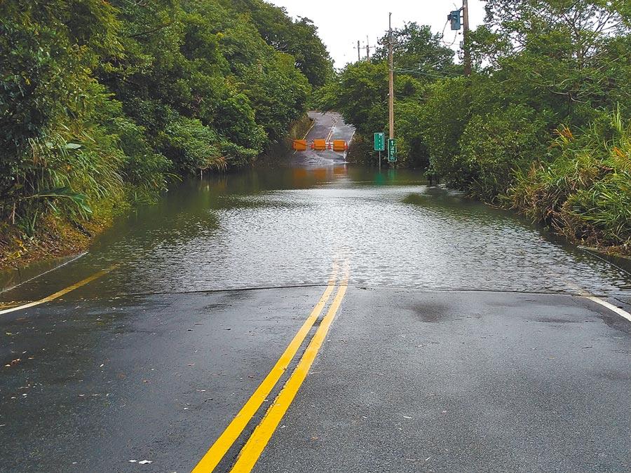新北市金山區北23-1線約3公里處,受颱風強陣雨影響,出現2000平方公尺大面積積水,深度一度達到4公尺。(新北市金山區公所提供/張睿廷新北傳真)