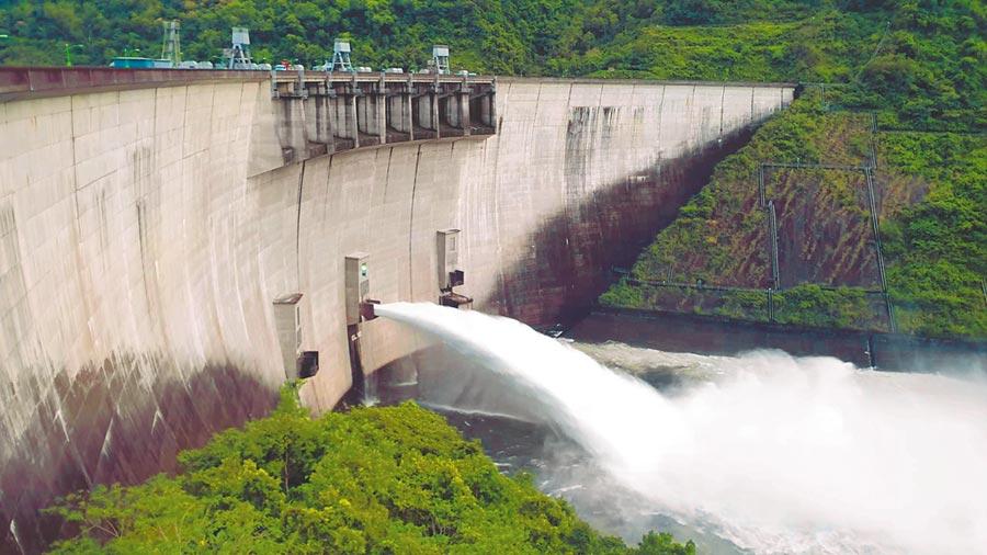 因應米塔颱風可能帶來豪大雨,翡翠水庫從9月29日傍晚就開始調節性洩洪。(翡翠水庫管理局提供/陳俊雄台北傳真)