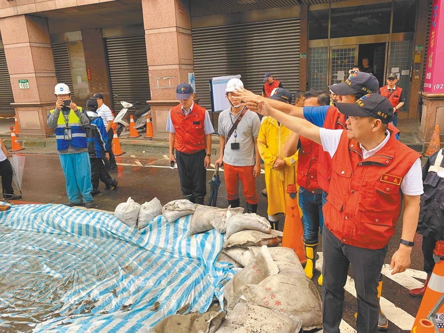 新北市長侯友宜(右一)前往汐止區新台五路視察上周六淹水災點,並指示施工單位做好防颱準備。(張睿廷攝)