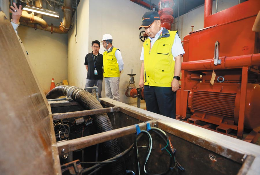 桃園機場公司昨日成立米塔颱風緊急應變中心,由董事長王明德親自坐鎮,先後視察排水系統,確保備妥多部大型抽水機、挖土機、發電機等防颱設施待命。(陳麒全攝)