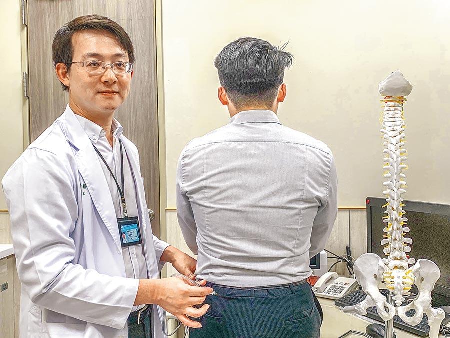 中醫大神經外科醫師巫智穎(左)說明「微創水冷式射頻神經阻斷手術」治療,只要局部麻醉,安全,不出血、不需住院。(羅浚濱攝)