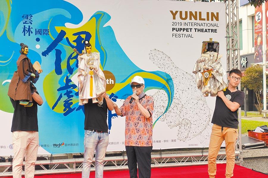 88歲布袋戲國寶大師黃俊雄(左三)寶刀未老,1人分飾多角,讓觀眾大飽眼福。(許素惠攝)