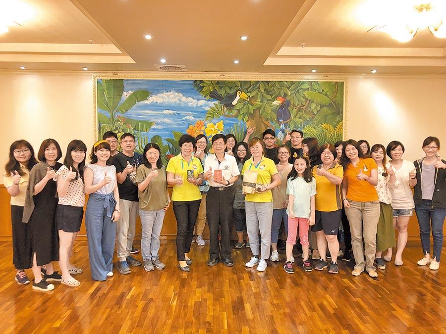 中山大學教務長李宗霖(前排左八)與副教務長陸曉筠(前排左六)發起團購港口社區產品,呼籲各界關懷偏鄉社區。(謝佳潾攝)
