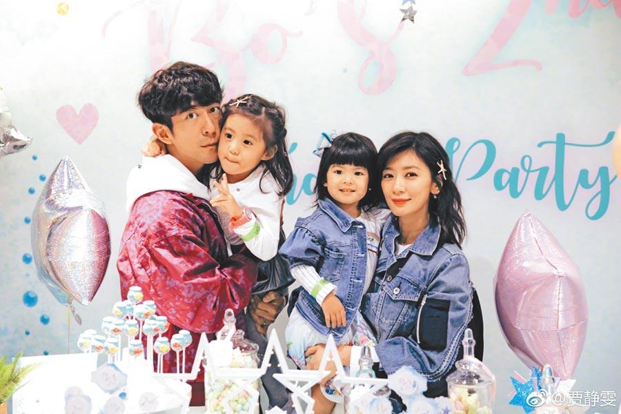 賈靜雯(右)與老公修杰楷(左起)育有咘咘、Bo妞兩個女兒,幸福家庭羨煞旁人。(摘自賈靜雯微博)