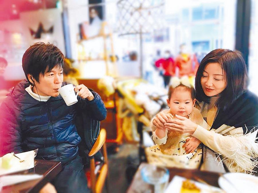 洪榮宏(左)、張瀞云昨曬出親暱抱著女童的合照。(摘自張瀞云臉書)