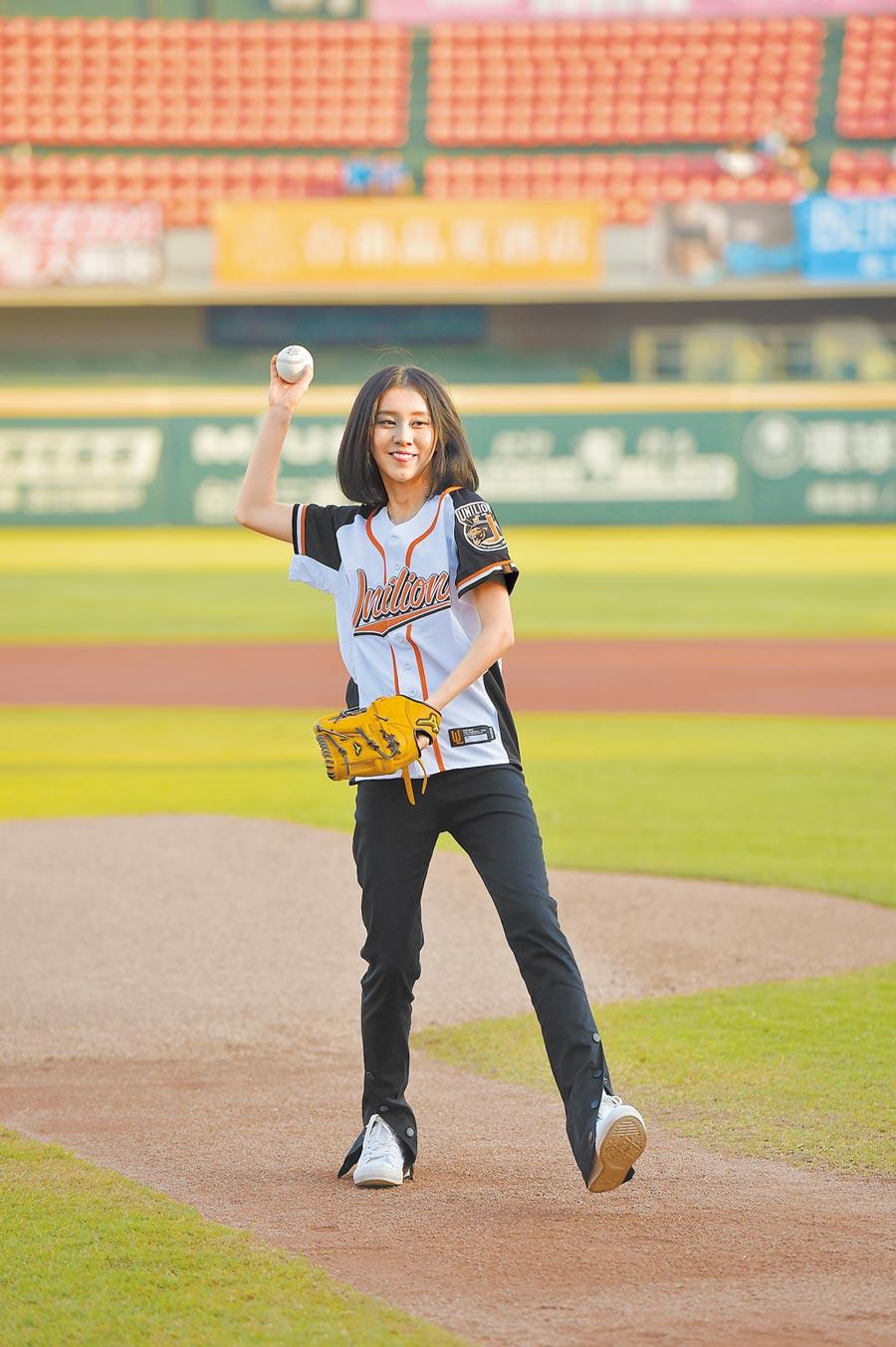 白安日前在台南棒球場,擔任開球嘉賓。(統一7-ELEVEn 獅棒球隊提供)