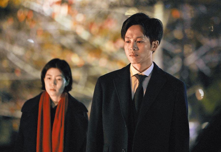 日本男星松坂桃李(右)攜手韓國演員沈恩敬演出電影《新聞記者》。(天馬行空提供)